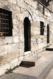 Стены и дверь мечети стоковая фотография rf