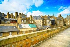 Стены и дома города Malo Святого. Бретань, Франция. стоковое изображение rf