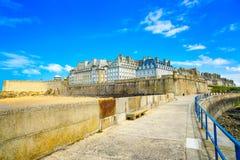 Стены и пляж города Malo Святого. Бретань, Франция. Стоковые Фото