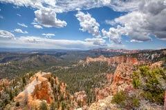 Стены и следы каньона падают вниз в национальный парк каньона Bryce стоковые фотографии rf