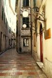 Стены домов с малыми окнами на улицах Стоковое фото RF