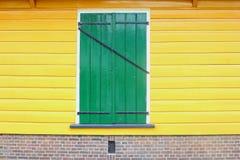 Стены переднего старого голландского окна шторки дома желтые, Нидерланд стоковые изображения