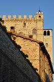 Стены средневекового замка осветили заходящим солнцем Стоковые Фото
