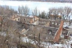 Стены старого здания на банках реки стоковое изображение