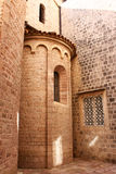 Стены старой церков каменные с малыми окнами Стоковая Фотография