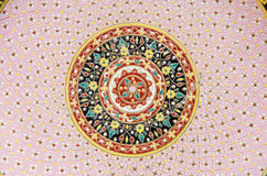Стены украсили с чашкой тайского цвета стиля керамическими и шаром (Benjarong) Стоковые Фотографии RF