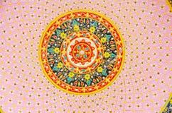 Стены украсили с чашкой тайского цвета стиля керамическими и шаром (Benjarong) Стоковое Изображение
