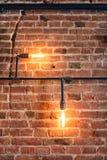 стены украшения с лампами, трубами и кирпичами Старая и винтажная смотря стена, дизайн интерьера Стоковые Изображения RF