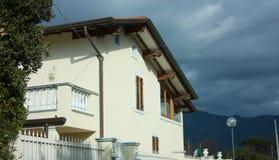 Стены фасада обитаемого в дома семьи стоковая фотография