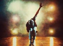 стены человека танцы предпосылки каменные молодые Стоковые Фотографии RF