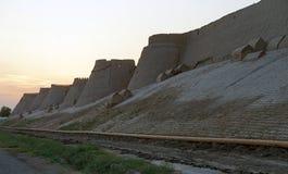 Стены Khiva's Itchan Kala на заходе солнца, Узбекистане стоковое изображение