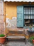 Стенд литого железа и древесины вне старого кафа Стоковое Фото