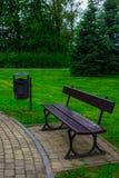 Стенд и урна в парке Справочная информация Стоковое Фото