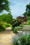 Стенд и цветки искусства в утре в английском парке Стоковая Фотография RF