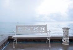 Стенд и ashtrays искусства расположенные на пляже Стоковые Фотографии RF