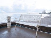 Стенд и ashtrays искусства расположенные на пляже Стоковая Фотография RF