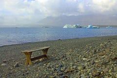 Стенд озером Jokulsaroln glaciar Стоковое Изображение