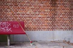 Стенд перед пустой стеной Стоковое Фото