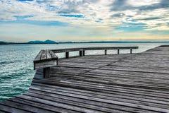 Стенд с деревянным мостом Стоковые Фотографии RF