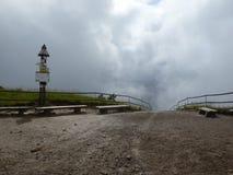 Стенды и вилка отстают на верхней части горы Стоковые Изображения