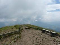 Стенды и вилка отстают на верхней части горы Стоковое Изображение RF