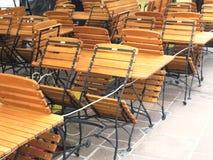 Стенды и стулья обслуживания в баре древесины складывая Стоковые Изображения