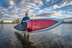 Стенд для запуска вверх по paddleboard на озере Стоковая Фотография RF