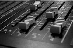 Стерео профессиональные аудио смешивая федингмашины консоли стоковое изображение