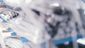 Стержени в проводах - готовая продукция стеклоткани в заводе видеоматериал