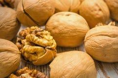 Стержени грецких орехов на деревянном столе Стоковая Фотография RF
