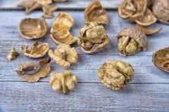 Стержени грецкого ореха и все грецкие орехи на деревенской таблице grunge Стоковые Изображения