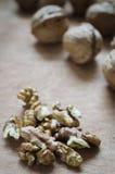 Стержени грецкого ореха и все грецкие орехи на деревенском старом деревянном столе Стоковые Фотографии RF