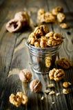 Стержени грецкого ореха и все грецкие орехи на деревянном столе Стоковая Фотография RF