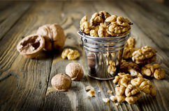 Стержени грецкого ореха и все грецкие орехи на деревянном столе Стоковые Фото