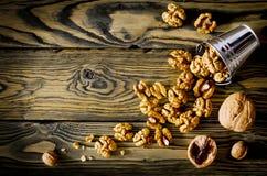 Стержени грецкого ореха и все грецкие орехи на деревянном столе Стоковые Изображения