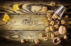Стержени грецкого ореха и все грецкие орехи на деревянном столе Стоковые Фотографии RF