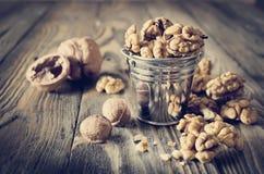 Стержени грецкого ореха и все грецкие орехи на деревянном столе Стоковое фото RF