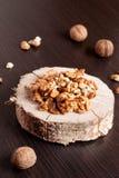 Стержени грецкого ореха и все грецкие орехи на деревянном столе Стоковая Фотография