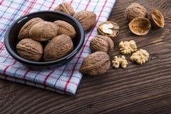 Стержени грецкого ореха и все грецкие орехи на деревянном столе Стоковое Изображение RF