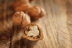 Стержени грецкого ореха и все грецкие орехи на деревянном Стоковое Изображение