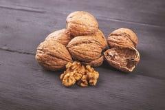 Стержени грецкого ореха и все грецкие орехи на старое деревянном Стоковое фото RF