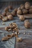 Стержени грецкого ореха и все грецкие орехи Стоковые Фото