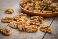 Стержени грецкого ореха на деревянном столе Стоковые Изображения RF