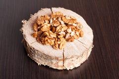 Стержени грецкого ореха на черном деревянном столе Стоковая Фотография RF