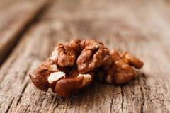 Стержень грецкого ореха на деревянном конце предпосылки вверх Стоковые Фотографии RF