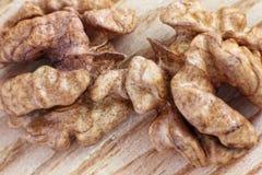 Стержень грецкого ореха на деревянном столе Стоковые Изображения RF