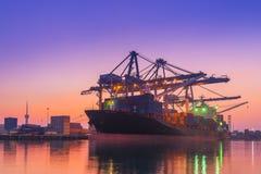 Стержень грузового корабля на twilight сцене, разгржая кран груза Стоковое Фото