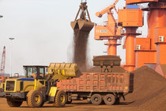 Стержень железной руд руды порта Qingdao стоковое изображение