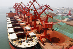 Стержень железной руд руды порта Qingdao стоковая фотография