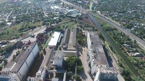 Стержень зерна Старый советский лифт зерна Взгляд сверху лифта силосохранилища Объект Aerophotographing промышленный видеоматериал